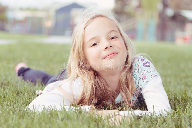 在草的女孩 库存照片