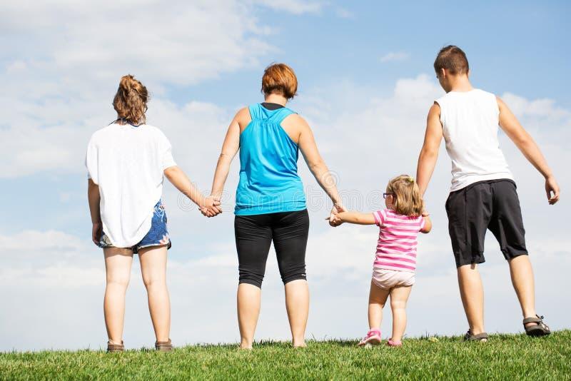 在草的家庭 免版税库存照片