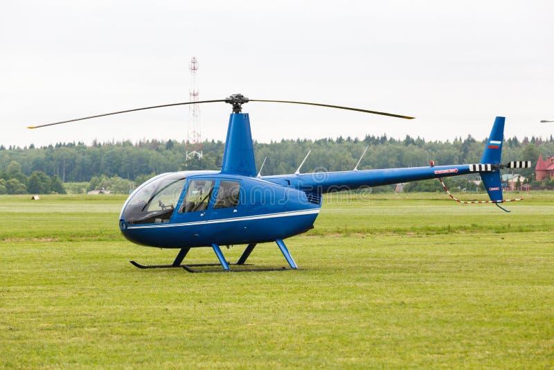 在草的小私有直升机 免版税库存照片