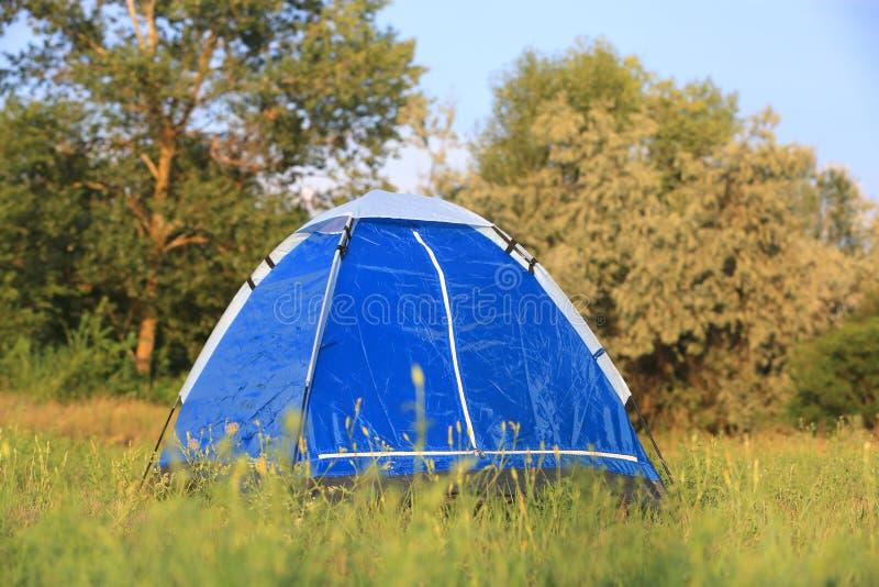 在草的旅游帐篷 免版税图库摄影