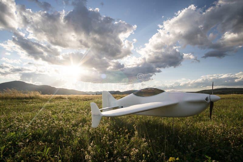 在草的无线电操纵的玩具飞机 库存图片