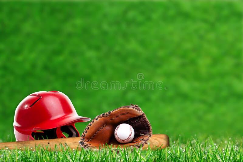 在草的棒球设备与拷贝空间 免版税库存照片