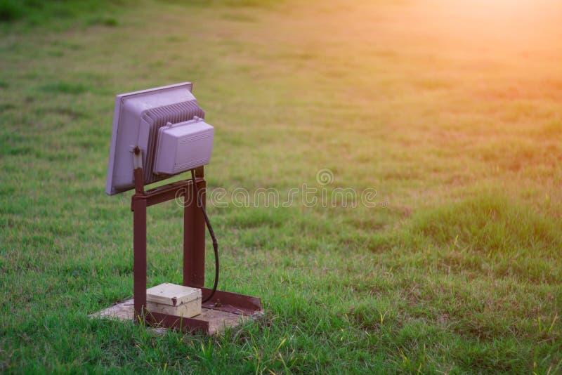 在草的灯在庭院里 免版税库存图片