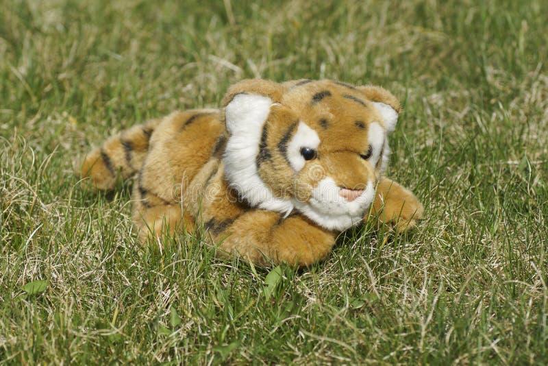 在草的玩具老虎 免版税库存照片