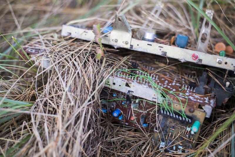 在草的电子废物 免版税库存照片