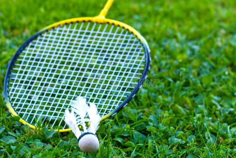 在草的羽毛球拍 免版税库存图片