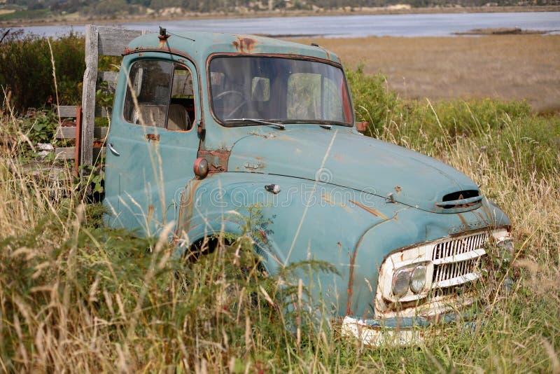 在草的老卡车 库存图片