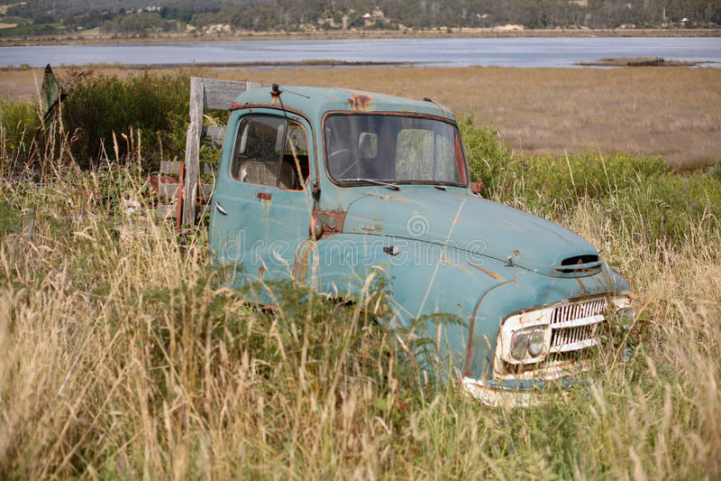 在草的老卡车 免版税库存图片