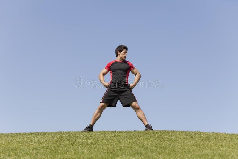 在草的运动员男性 库存照片