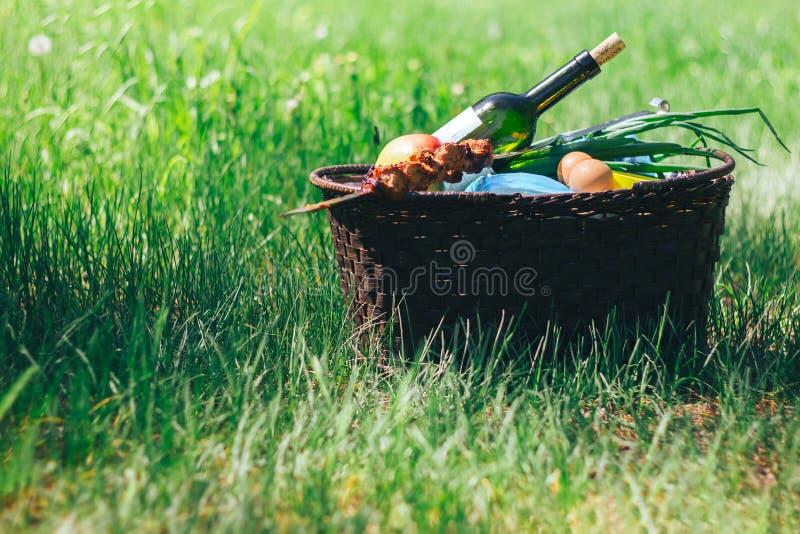 在草的野餐篮子 库存照片