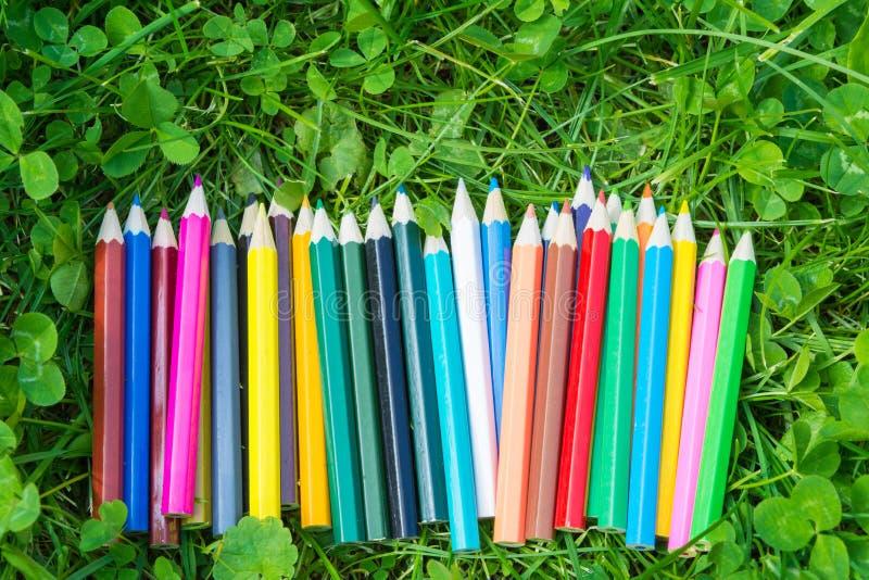 在草的颜色铅笔 免版税库存图片
