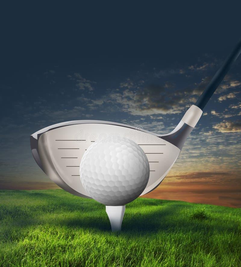 在草的高尔夫俱乐部和球 免版税库存照片
