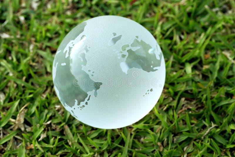 在草的玻璃地球 免版税库存图片
