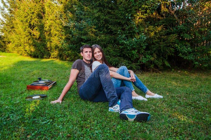 在草说谎的爱恋的夫妇 库存图片