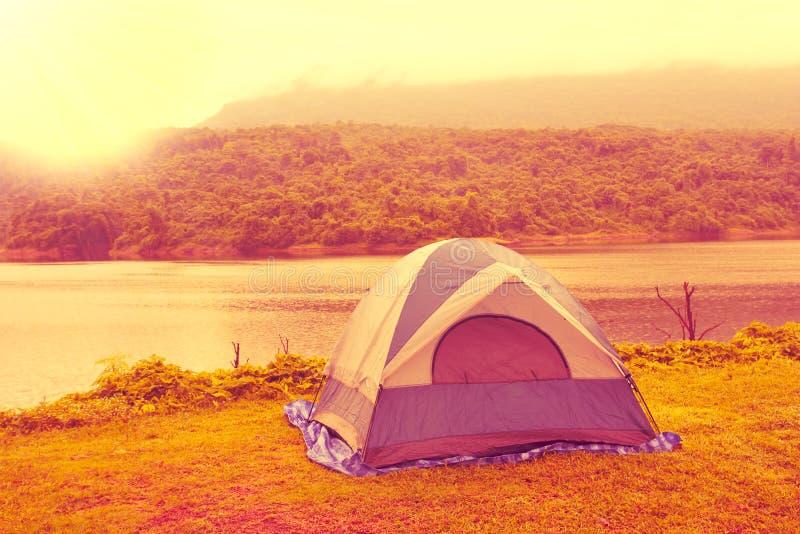 在草,背景的帐篷是看法水库 库存图片
