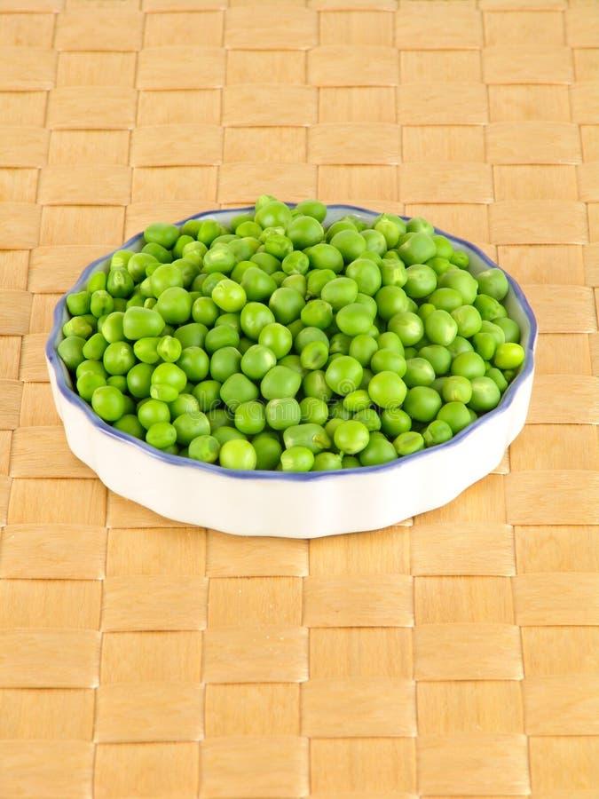 在荚的新鲜的绿豆在棕色背景 免版税库存照片