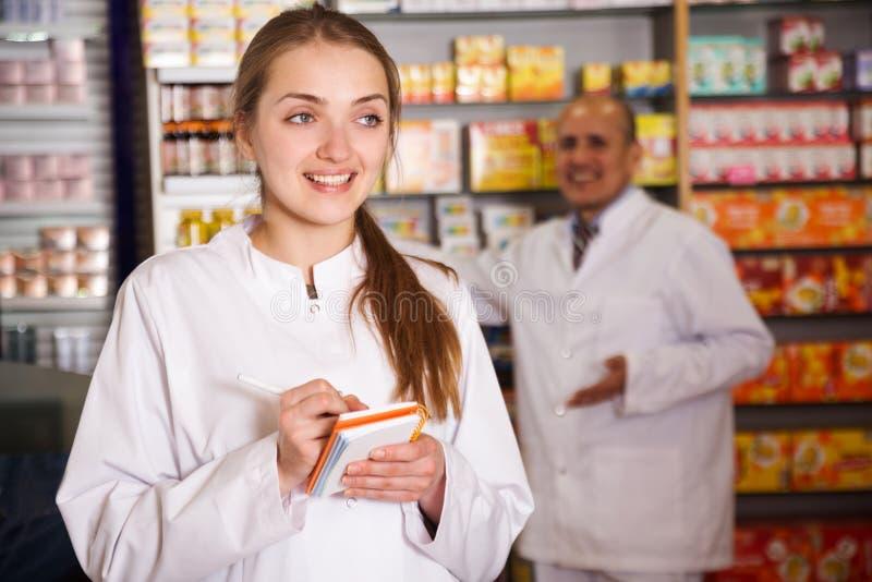 在药商的妇女pharmatics 免版税库存图片