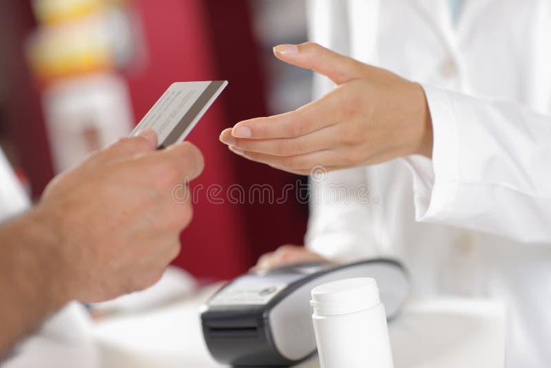 在药房的购买。 免版税库存照片