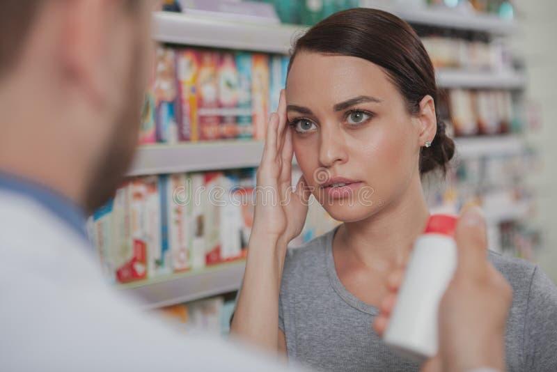 在药房的迷人的妇女购物 库存照片
