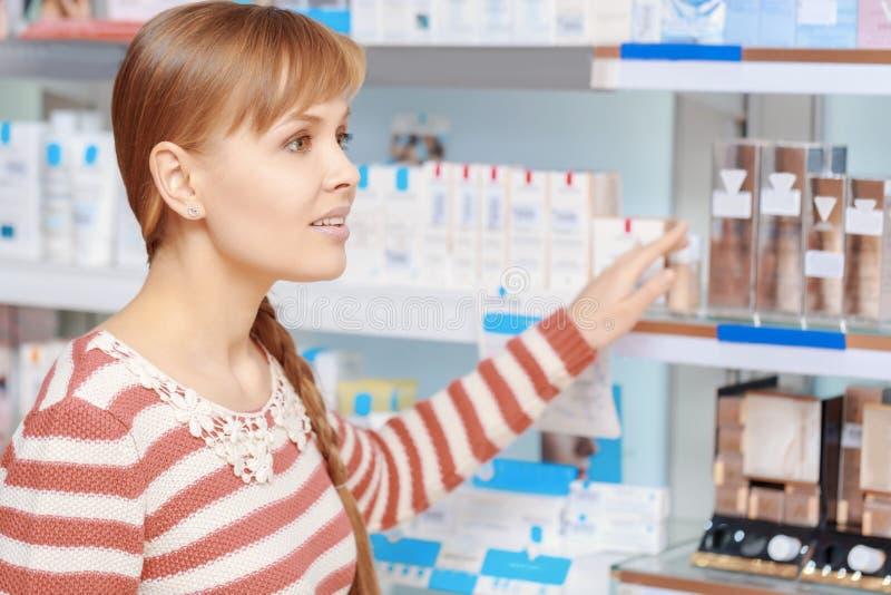 在药房的顾客选择 免版税图库摄影