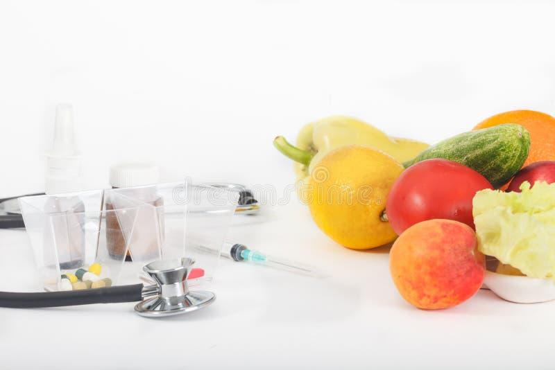 在药物和健康吃之间的选择 库存照片
