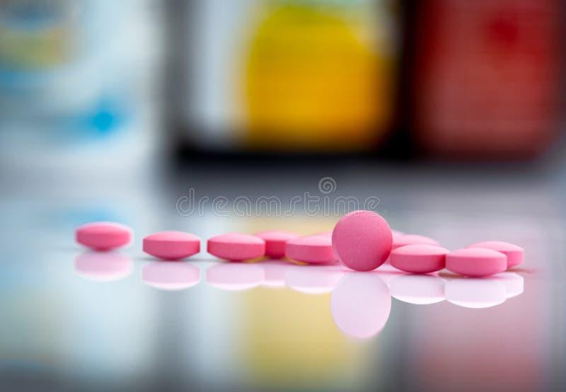 在药物瓶被弄脏的背景的桃红色片剂药片在药房或药房部门的在医院 r 免版税库存图片