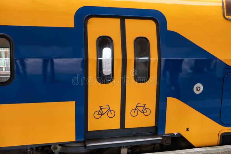 在荷兰铁路平台的火车有绝密的 图库摄影