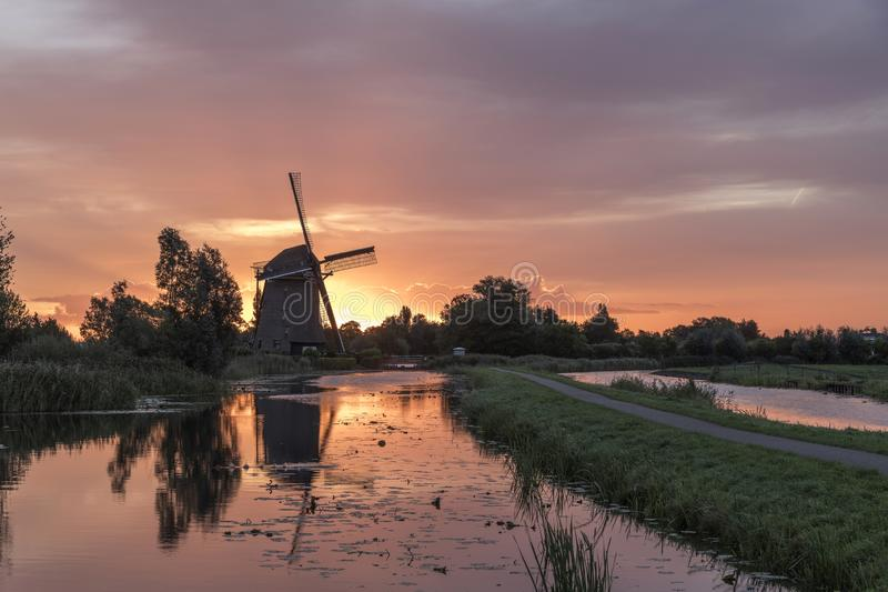 在荷兰风车的日出 免版税库存照片