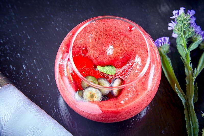 在莓果泡沫,在黑暗的背景的甜点心的顶视图 新鲜的莓圆滑的人 夏天有机戒毒所的饮料和的茶点 库存照片