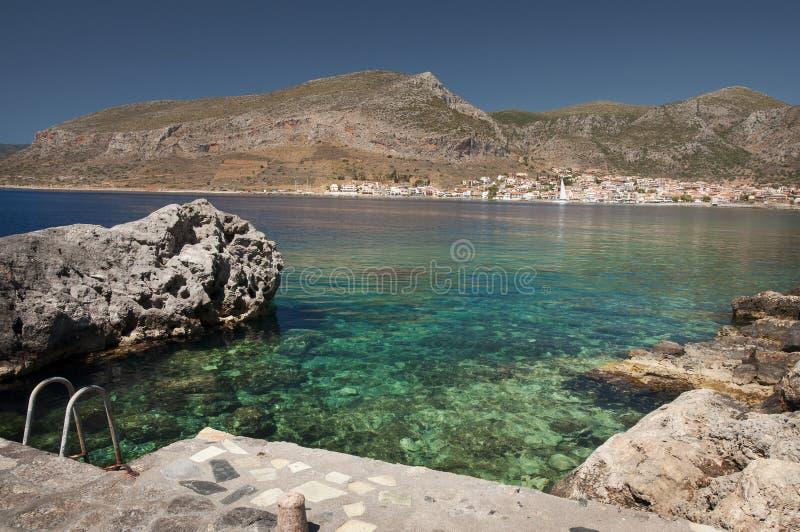 在莫奈姆瓦夏半岛的小海湾有在镇的一个看法 免版税库存图片