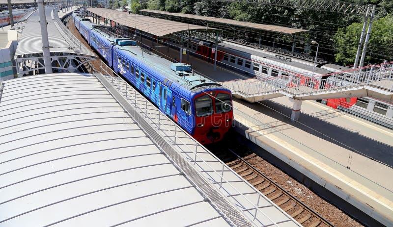 在莫斯科乘客平台(Belorussky火车站)的火车是九个主要火车站之一在莫斯科,俄罗斯 免版税库存照片