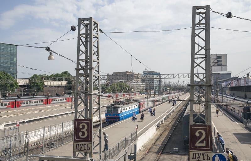在莫斯科乘客平台Paveletsky火车站的火车是九个主要火车站之一在莫斯科,俄罗斯 免版税图库摄影