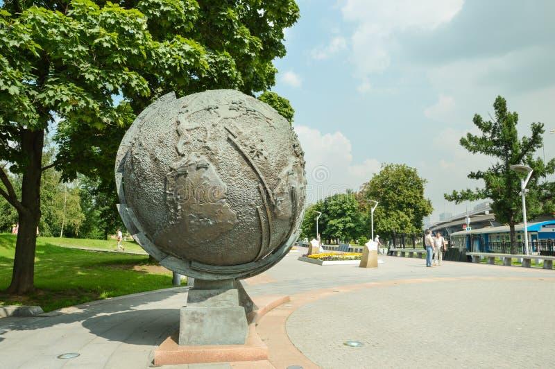 在莫斯科宇航员胡同的地球 免版税库存图片