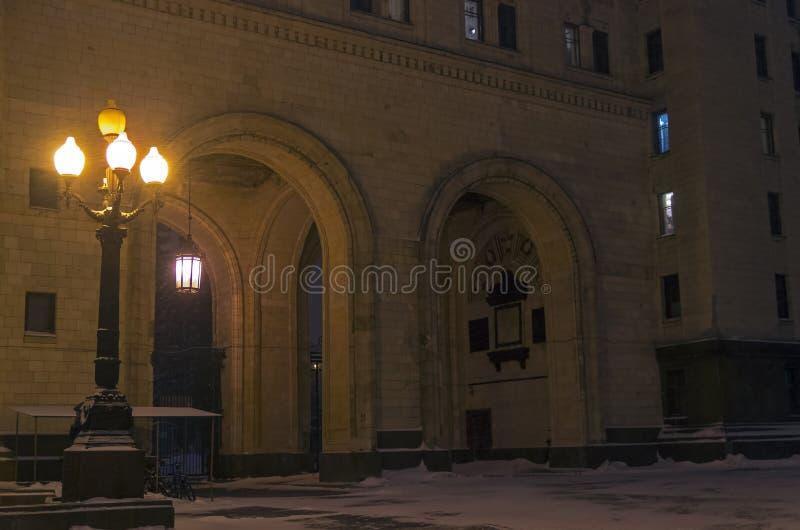 在莫斯科旁边S的主楼的古板的路灯柱 库存照片