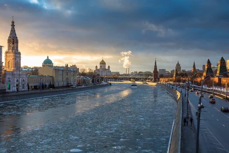 在莫斯科河和克里姆林宫堤防的日落在冬天 免版税库存照片