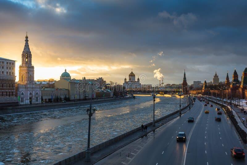 在莫斯科河和克里姆林宫堤防的日落在冬天 库存图片