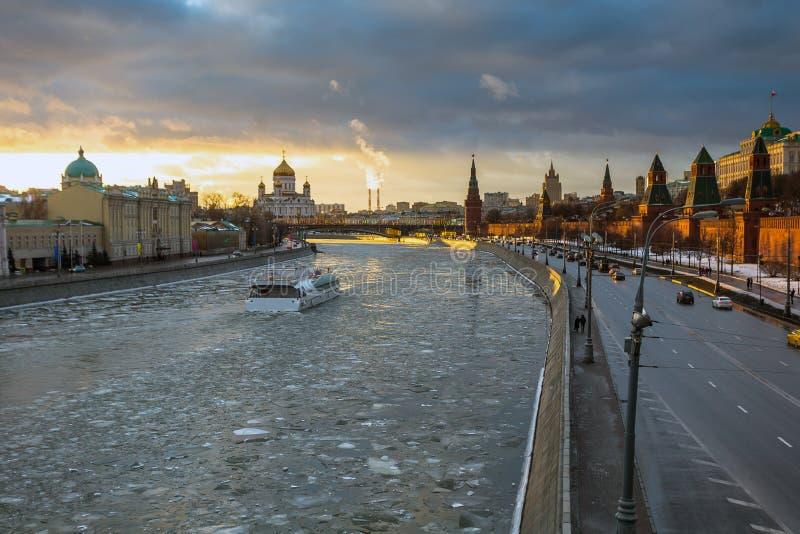在莫斯科河和克里姆林宫堤防的日落在冬天 免版税图库摄影