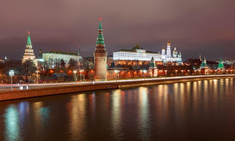 在莫斯科河的夜视图Kremling的在莫斯科在晚上 图库摄影