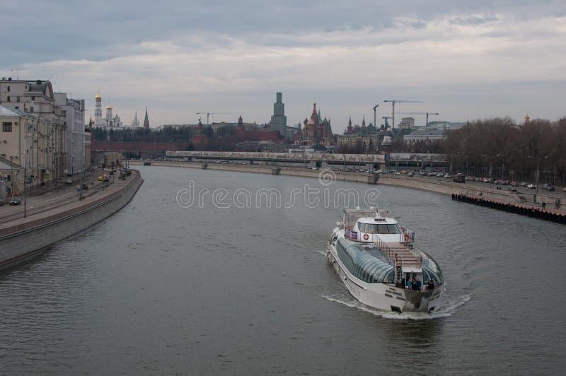 在莫斯科河的游览小船 免版税库存图片