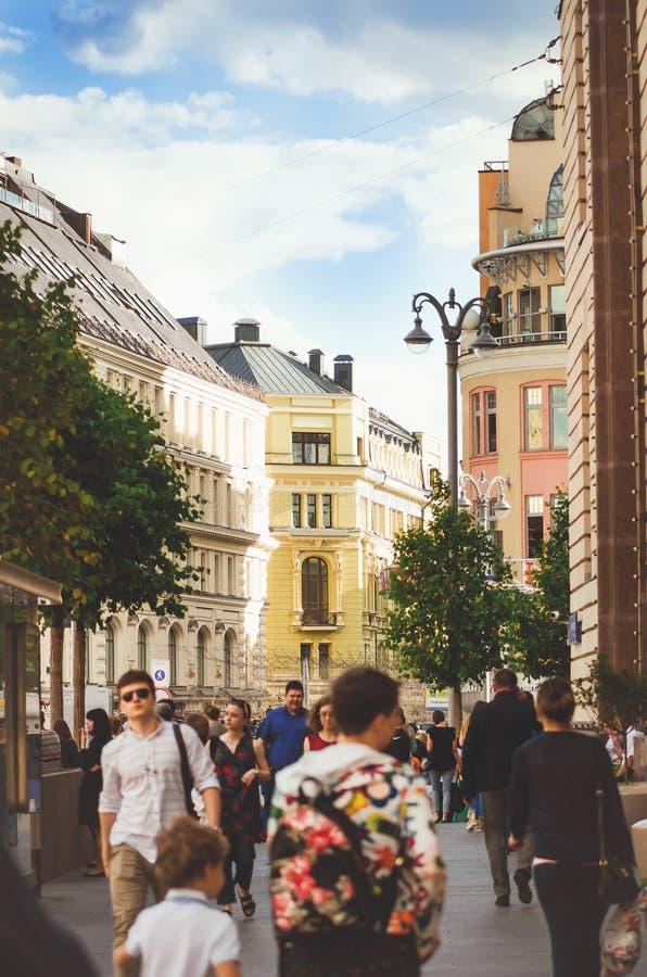 在莫斯科街道上的人步行  垂直的照片 免版税库存图片