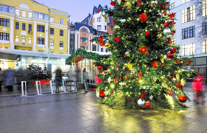 在莫斯科街道上的传统装饰圣诞节和新年假日 图库摄影