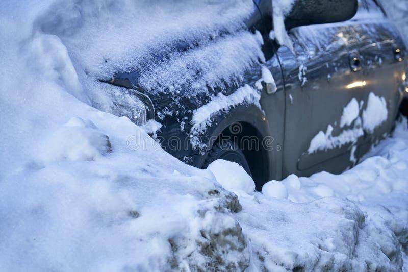 在莫斯科街道上的雪埋没的汽车在一场伟大的雪风暴以后 免版税库存图片