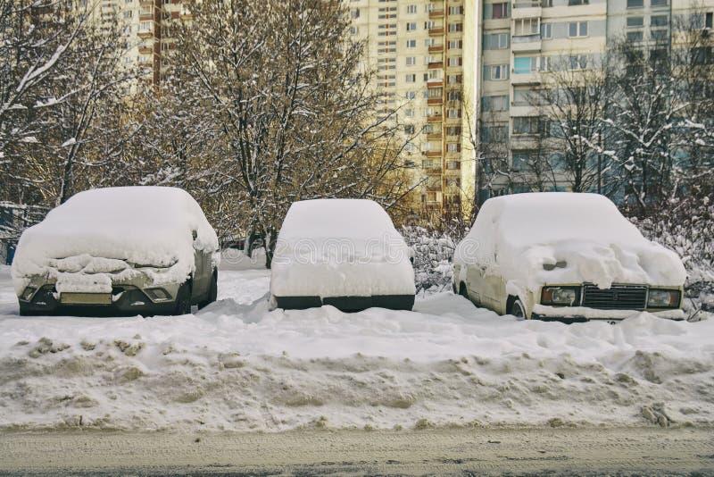 在莫斯科街道上的雪埋没的汽车在伟大的雪以后猛冲 免版税库存照片