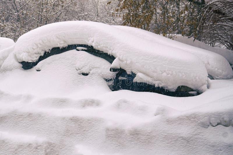 在莫斯科街道上的雪埋没的汽车在伟大的雪以后猛冲 库存图片