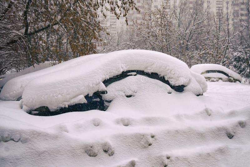 在莫斯科街道上的雪埋没的汽车在伟大的雪以后猛冲 免版税库存图片