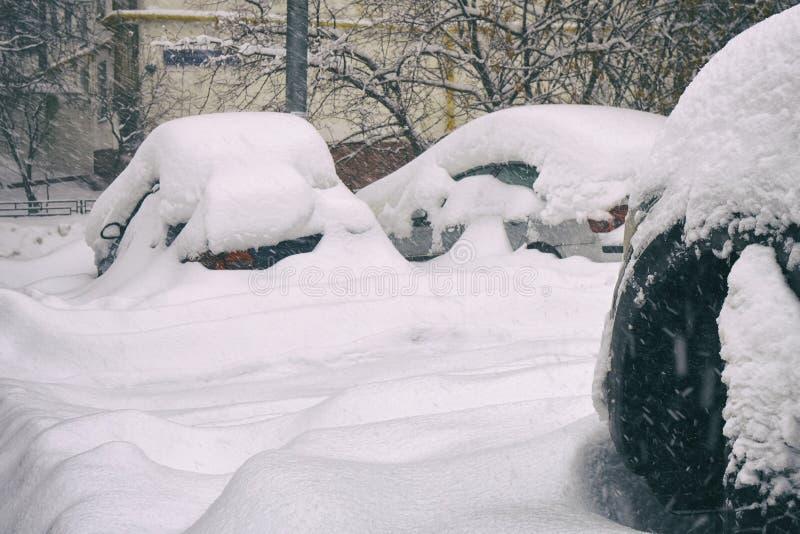 在莫斯科街道上的雪埋没的汽车在伟大的雪以后猛冲 库存照片