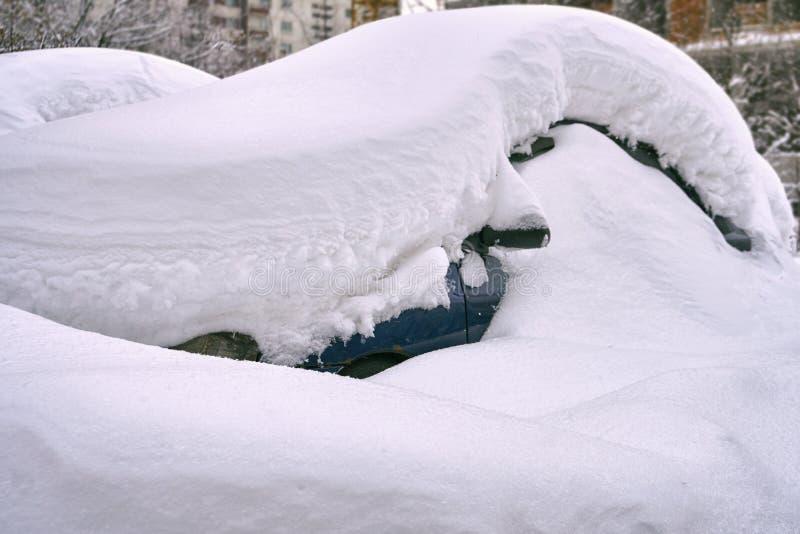 在莫斯科街道上的雪埋没的汽车 免版税图库摄影