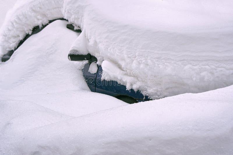 在莫斯科街道上的雪埋没的汽车 库存照片