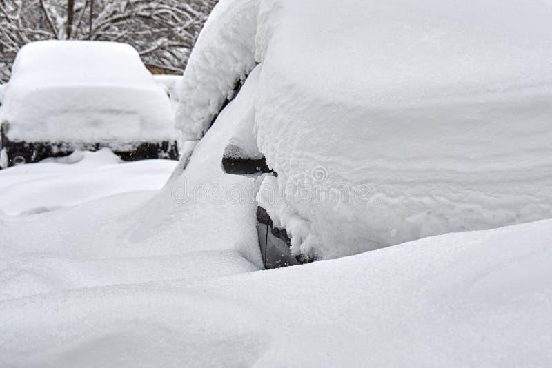 在莫斯科街道上的雪埋没的汽车 免版税库存照片