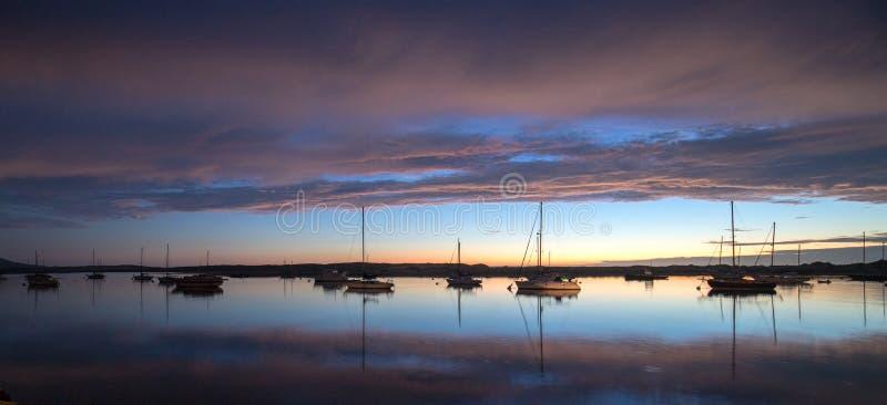 在莫罗贝港口小船的暮色日落在中央加利福尼亚海岸在加利福尼亚美国 免版税库存照片